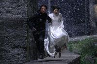 两人雪中狂奔