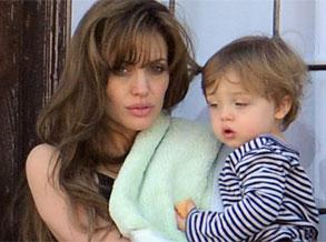 幻灯图:安吉丽娜-茱莉抱儿子看风景 尚未梳洗露倦容