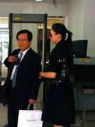 侯瓒和律师等待开庭
