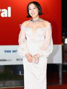 姜秀妍白色露肩长裙