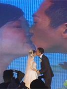 两人深情拥吻