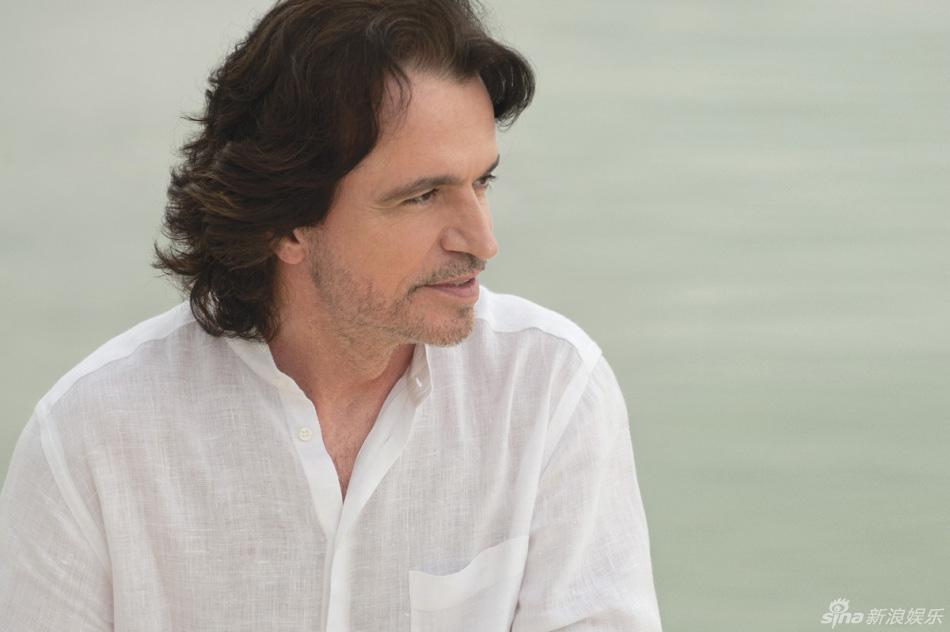 雅尼出版十余张专辑、两次入围格莱美奖