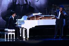王力宏弹钢琴