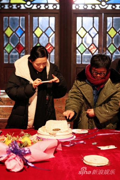 章子怡用手机为蛋糕拍照