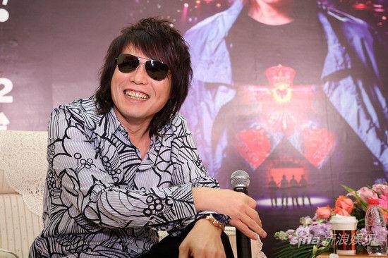 新浪娱乐讯 华语乐坛重量级摇滚乐团伍佰&China Blue即将在12月22日于上海大舞台举办纪念成军20周年的大感谢世界巡回演唱会上海站的演出。11月12日伍佰现身上海,为演出宣传。与一般艺人都在演出前举行大场面的记者会不同,伍佰此次选择了与媒体面对面坐着聊天,近距离的交谈,更加详细地介绍自己的演唱会。   9大主题贯穿20年摇滚经典   此次大感谢世界巡回演唱会所有的环节设定都出自伍佰本人之手,全场共分为热情、坚持、浪漫、愤怒、生命与诗、土地、城市、未来、爱九个主题,每个主题都是体现