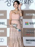 尹真怡裸色长裙