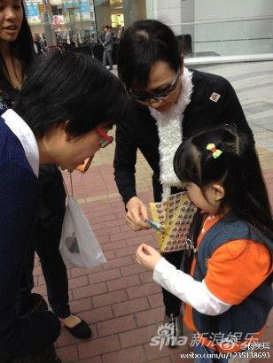 陈美琪与5岁的女儿Lucia卖旗筹款