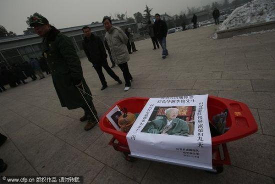 电影《闪闪的红星》导演李俊追悼会在八宝山举行。