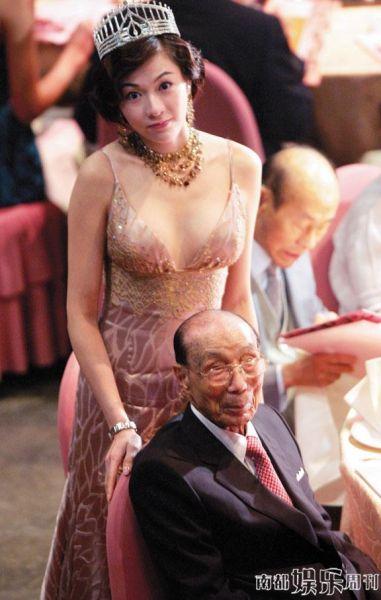 以往每年台庆,六叔被香港小姐搀扶簇拥的情景让人印象深刻。