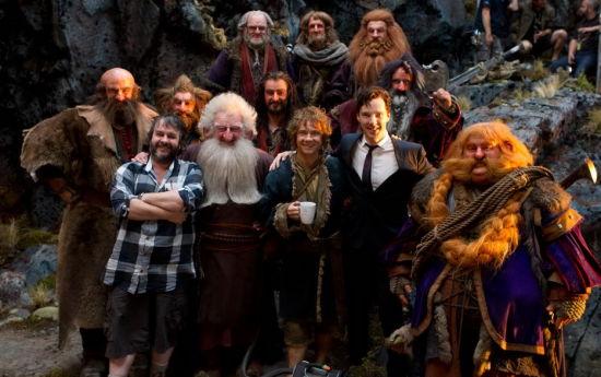 《霍比特人》剧组全家福,导演彼得・杰克逊(左一)、饰演比尔博・巴金斯的马丁・弗里曼、为巨龙史矛革配音的本尼迪克特・康伯巴奇,以及饰演矮人的演员们。