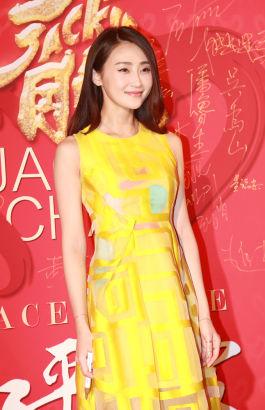 林鵬穿着一襲黃色長裙