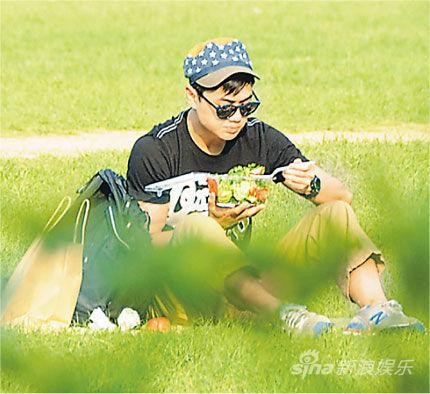 鄭俊弘買了一盒沙拉在草地上吃,非常自在。
