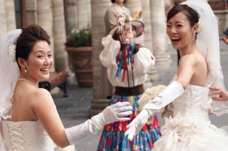 小雪操穴_东小雪(右)去年3月与同性恋人完婚