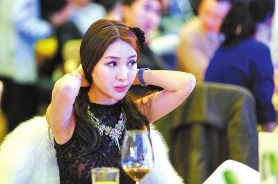 2013年11月30日,郭美美参加一珠宝慈善拍卖会。