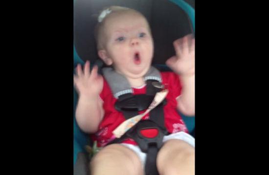 """凯蒂佩芮的歌曲""""黑马""""竟然可以止哭,外国女婴超开心手足舞蹈."""