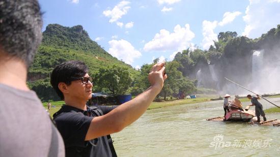 吴奇隆在瀑布取景