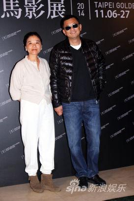 王家卫导演(右)与老婆陈以靳