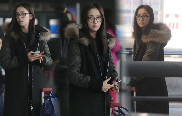 佟丽娅素颜现身机场 等不到座驾打车离开