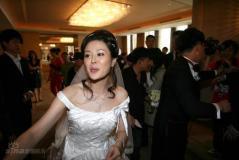 组图:佟大为关悦北京婚礼新郎新娘发喜糖