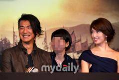 组图:《赤壁》韩国记者会林志玲裹身裙秀香肩