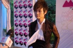 组图:李宇春帅气黑白配亮相MTV亚洲大奖红地毯