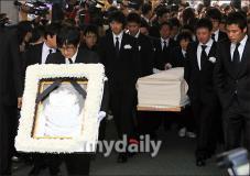 组图:崔真实遗体被送往火葬场弟弟手捧遗像