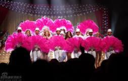 组图:GirlsAloud秀华丽借粉红香扇摭娇嫩身