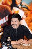 组图:《龙珠》泰国宣传周润发笑容满面聊不停