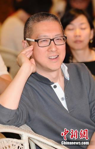 花美男魔术师挑战刘谦徒手变餐叉为戒指