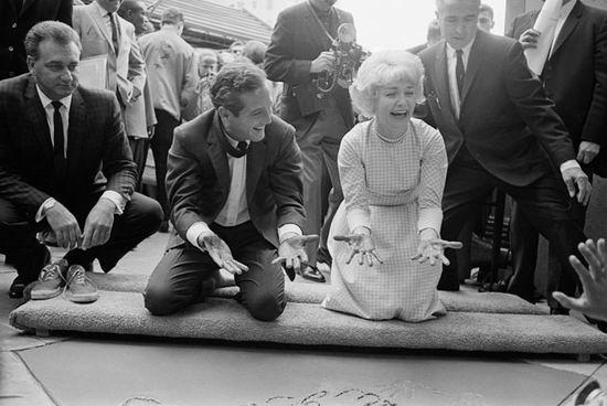 资料图:纽曼与妻子在好莱坞星光大道留下手印