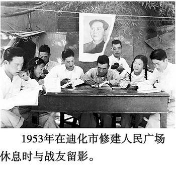 资料图片:长沙姑娘文成劳动休息时和战友学习