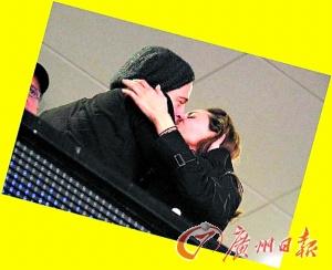 皮特与朱莉告造谣媒体高调吻给全世界看(图)