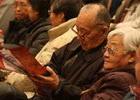 老观众边听音乐边看手册