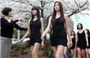 韩国女学生光腿练猫步