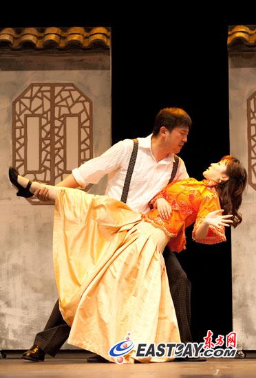 莎士比亚穿上旗袍《驯悍记》笑飞剧场屋顶(图)