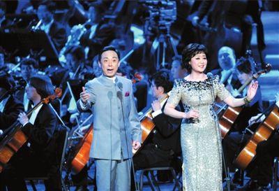 京剧名家于魁智,李胜素在交响乐的演奏下合唱《大唐贵妃》.