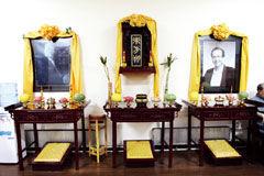 德云社的后台恭敬地供奉着师祖、师父的牌位。摄影_邵欣