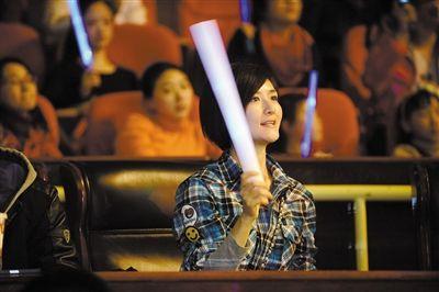 去年12月,张杰的演唱会上,谢娜被拍到在台下像粉丝一样挥舞荧光棒。图/CFP