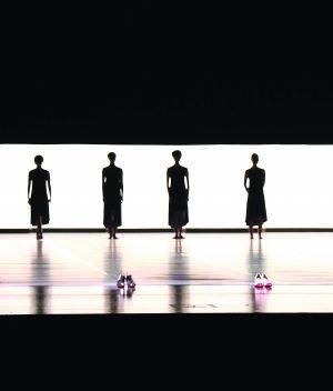 现代舞《九宫格》剧照,金星在舞台上呈现女人对高跟鞋既憎又爱的暧昧态度。