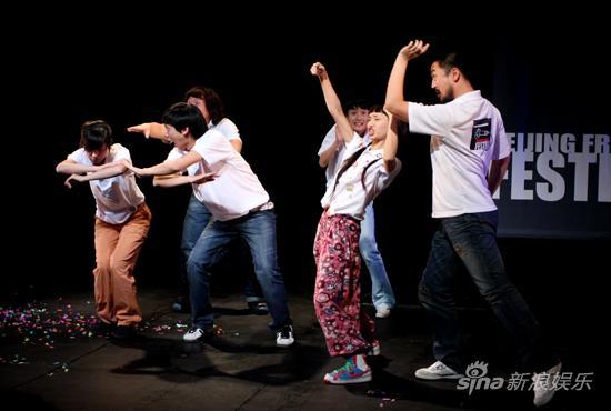 图文:2009青年戏剧节开幕-《一光年》演出场景