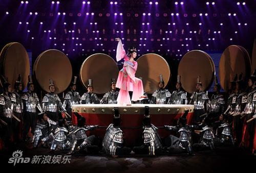 图文:《阿房宫赋》刘晓庆写真-优美舞姿吸引众人眼球
