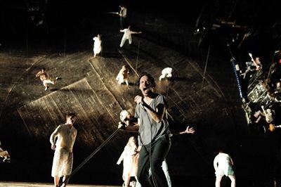 《在大门外》用舞台后面的镜面和现场摇滚震撼了观众