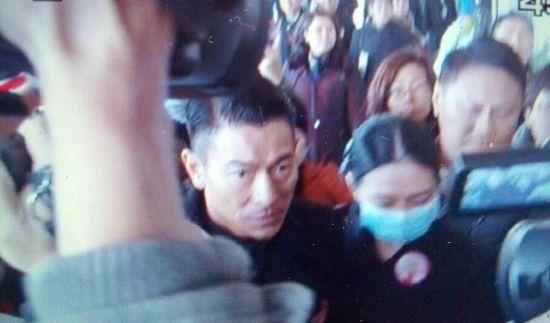 刘德华携朱丽倩出席红线女葬礼