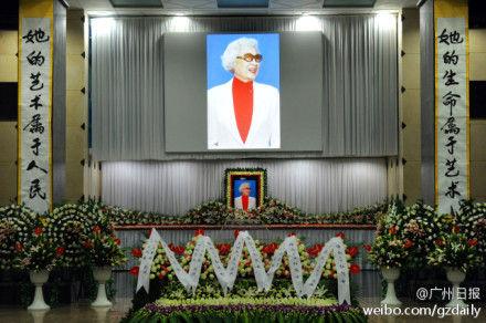 一代粤剧宗师红线女葬礼今天在广州银河园主礼楼的白云厅举行