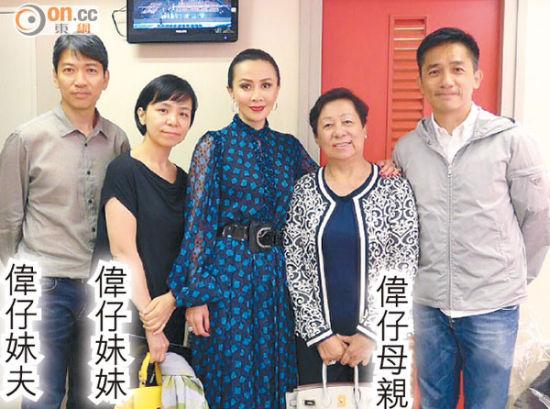 梁朝伟带家人去看刘嘉玲担任主角的舞台剧。