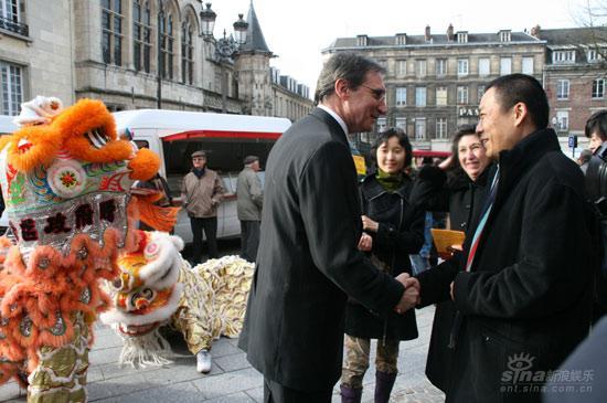 开普电影节开幕江平副局长与圣康德市文化官员交谈