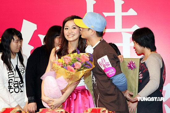 《保持爱你》香港宣传杨爱瑾生日侧田献吻(图)