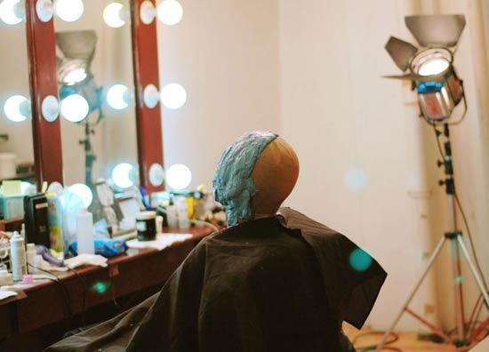 谢霆锋《十月围城》造型曝光为角色不惜剃光头