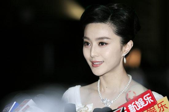 新浪娱乐讯 由柳云龙执导的首部谍战电影《东风雨》近期正在上海热拍,女主角范冰冰在戏中饰演一位身份多重、形象百变的女间谍欢颜。日前,《东风雨》剧组举行了首次媒体探班,范冰冰此前扑朔迷离的特工造型随之曝光。范冰冰在被问起为何不穿军装时表示,她表示与导演走访了真正有间谍经历的人,确信他们并非穿军装,而是用其他的着装掩饰身份。   当天,在《东风雨》斥巨资搭建的仙乐门一景中,范冰冰以一袭纯美白裙出镜,衣袂飘飘,仙气袭人,这与普遍意义上的间谍形象大相径庭。范冰冰在被问起为何不穿军装时表示,她自己很想有一个军装造