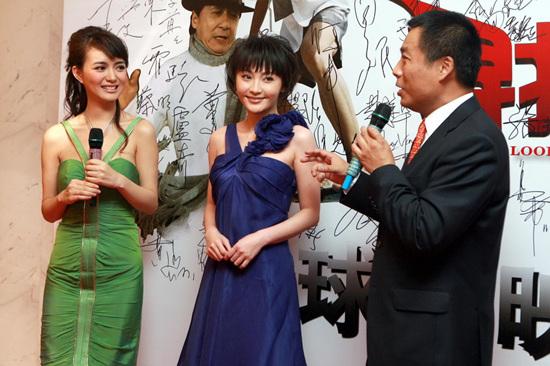 姚笛助阵《寻找成龙》首映紫色礼服显高贵(图)